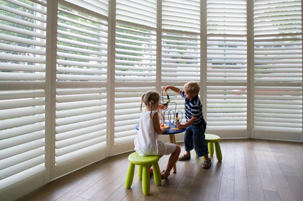 kinder spelen achter shutters van senft
